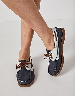 Leather Boat shoe in Navy White